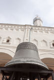 VELIKY NOVGOROD, ΡΩΣΊΑ - 13 ΜΑΐΟΥ: Αρχαίο κουδούνι στα πλαίσια ενός καθεδρικού ναού, ΡΩΣΙΑ - 13 Μαΐου 2017 Στοκ Εικόνες