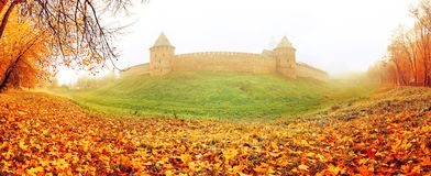Veliky Novgorod, Ρωσία, πανοραμική άποψη φθινοπώρου Φρούριο του Κρεμλίνου Novgorod στην ομίχλη φθινοπώρου Στοκ φωτογραφία με δικαίωμα ελεύθερης χρήσης