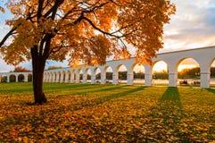 Veliky Novgorod, Ρωσία - τοπίο φθινοπώρου Προαύλιο Yaroslav arcade στη νεφελώδη ημέρα φθινοπώρου Στοκ Φωτογραφία