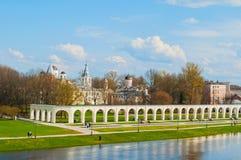 Veliky Novgorod, Ρωσία - anceint arcade και μεσαιωνικές εκκλησίες στην ημέρα προαυλίων Yaroslav την άνοιξη Στοκ Φωτογραφίες