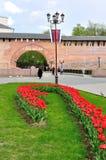 Veliky Novgorod het Kremlin in bewolkte de lentedag, Rusland Stock Afbeelding