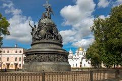 VELIKY NOVGOROD, millennio del monumento della Russia sui precedenti della st Sophia Cathedral fotografia stock