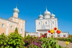 Veliky Novgorod, Rússia Catedral da transfiguração do salvador e de refeitório de Varlaam igreja no convento de Varlaam Khutyn imagens de stock royalty free