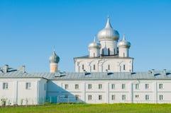 Veliky Novgorod, Rússia, catedral da transfiguração do salvador e de refeitório de Varlaam igreja no convento de Varlaam Khutyn imagem de stock