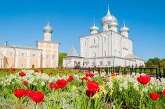 Veliky Novgorod, Rússia Catedral da transfiguração do salvador e de refeitório de Varlaam igreja no monastério de Varlaam Khutyn imagem de stock