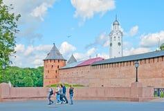 Veliky Novgorod Rússia Povos perto do Kremlin Foto de Stock Royalty Free