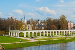 Veliky Novgorod, Rosja arkada i średniowieczni kościół przy Yaroslav podwórzem w wiosna dniu w Veliky Novgorod -, Rosja obraz stock