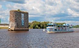 Veliky Novgorod Rusia Barco de la excursión en el río de Volkhov Foto de archivo