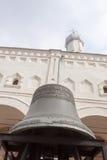 VELIKY NOVGOROD, RUSIA - 13 DE MAYO: Campana antigua contra la perspectiva de una catedral, RUSIA - 13 de mayo de 2017 Foto de archivo