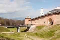 VELIKY NOVGOROD, RUSIA - 13 DE MAYO: Las torres de la fortaleza del Kremlin, RUSIA - 13 de mayo de 2017 Imagenes de archivo