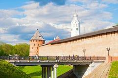 Veliky Novgorod, Rusia La torre metropolitana, torre de reloj y viaducto que llevan al Kremlin en Veliky Novgorod, Rusia fotos de archivo