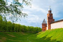 Veliky Novgorod, Rusia Las torres y las paredes de Veliky Novgorod el Kremlin en la colina bajo puesta del sol caliente se encien Imagen de archivo libre de regalías