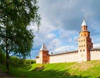 Veliky Novgorod, Rusia Las torres y las paredes de Veliky Novgorod el Kremlin en la colina bajo puesta del sol se encienden Fotos de archivo libres de regalías