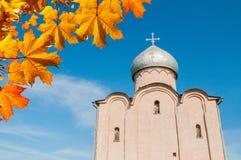Veliky Novgorod, Rusland De Verlosserkerk op Nereditsa-heuvel, een orthodoxe kerk bouwde 1198 in Het oriëntatiepunt van Velikynov royalty-vrije stock foto