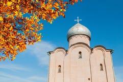 Veliky Novgorod, Rusland De Verlosserkerk op Nereditsa-heuvel, een oude orthodoxe kerk bouwde 1198 in Het oriëntatiepunt van Veli stock foto's