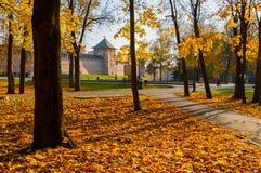 Veliky Novgorod, Rusland Torens van Veliky Novgorod het Kremlin en het park van het Kremlin met lopende mensen in zonnige de herf royalty-vrije stock afbeeldingen
