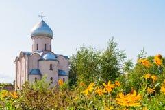 Veliky Novgorod, Rusland Verlosserkerk op Nereditsa - een orthodoxe kerk bouwde 1198 in Het oriëntatiepunt van Velikynovgorod stock fotografie