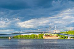 Veliky Novgorod, Rusland Voetbrug over het de rivier en het restaurantfregatvlaggeschip van Volkhov dichtbij de dijk Royalty-vrije Stock Fotografie