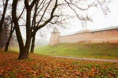 Veliky Novgorod, Russia, Cremlino nebbioso di Novgorod di scena di autunno si eleva e pareti nel parco nebbioso del utumn Fotografia Stock
