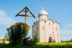 Veliky Novgorod, Russie Adorez l'église de croix et de sauveur sur Nereditsa - une église orthodoxe construite en 1198 image libre de droits