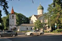 Veliky Novgorod, Russie, mai 2018 Église orthodoxe médiévale sur la route moderne photos stock