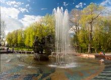 VELIKY NOVGOROD, RUSSIE - 23 MAI : La fontaine aux murs de Kremlin, RUSSIE -23 en mai 2017 Photo stock