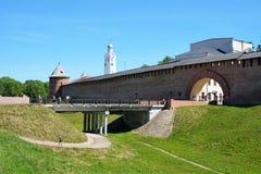 Veliky Novgorod, Russie, mai 2018 Vue du vieux fossé de forteresse et des murs de Kremlin antique photo libre de droits