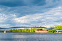 Veliky Novgorod, Russie Pont piétonnier au-dessus du remblai proche complexe de rivière de Volkhov et de restaurant de navire ami Images libres de droits