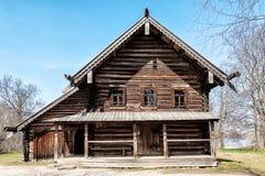 Veliky Novgorod, Russland, im Mai 2013: Altes Holzhaus im Museum der alten Architektur Lizenzfreie Stockbilder