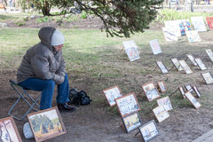 VELIKY NOVGOROD, RUSSLAND - 13. MAI: Die Frau verkauft Bilder an der Kreml-Wänden, RUSSLAND - 13. Mai 2017 Lizenzfreie Stockbilder