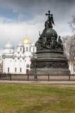 VELIKY NOVGOROD, RUSSLAND - 13. MAI: Die Kathedrale mit einer Monument inKremlin Festung, RUSSLAND - 13. Mai 2017 Lizenzfreie Stockfotos