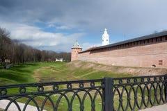 VELIKY NOVGOROD, RUSSLAND - 13. MAI: Die Türme von der Kreml-Festung, RUSSLAND - 13. Mai 2017 Stockbilder