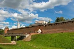VELIKY NOVGOROD, Verrijzenisboog en de brugingang aan het Kremlin royalty-vrije stock afbeeldingen