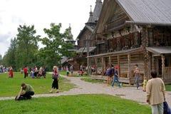 Veliky Vovgorod, Ryssland - Augusti 19, 2012 Museum av träarkitektur Vitoslavlitsy Arkivfoton