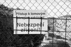 Velka Amerika, чехия - 7-ое августа 2018: подпишите запрет с входом на загородку около бывшего названного карьера Velka Amerika с Стоковые Фото