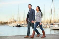 走年轻的夫妇户外口岸Vell,巴塞罗那 库存图片