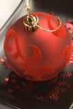velluto di colore rosso di natale della sfera di disposizione Fotografia Stock Libera da Diritti