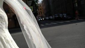 Velo d'ondeggiamento della sposa a vento archivi video