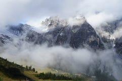 Velo delle nuvole nelle alte montagne Immagini Stock