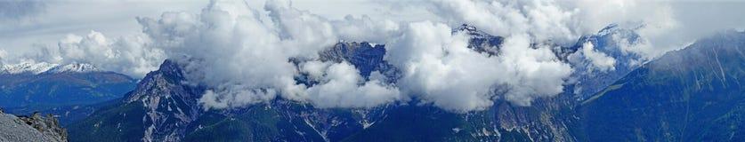 Velo delle nuvole nelle alte montagne Fotografie Stock Libere da Diritti