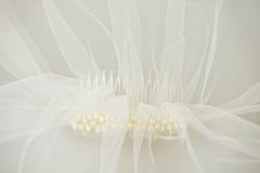 Velo di nozze con un pettine della perla Fotografia Stock