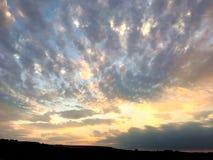 Velo espansivo delle nuvole retroilluminate Immagini Stock