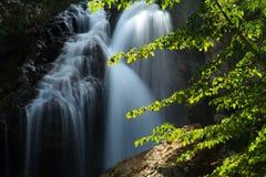 Velo nupcial de la cascada del verano fotografía de archivo libre de regalías
