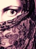Velo que desgasta de la mujer en miedo Foto de archivo libre de regalías