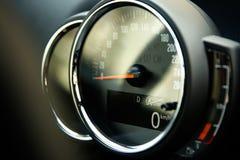 Velocímetro análogo com a tela digital no close-up do carro foto de stock