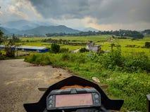 Velocímetro da bicicleta com paisagem impressionante e prado imagens de stock royalty free