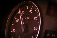 Velocímetro de la foto en el coche en el tablero de instrumentos Imagenes de archivo