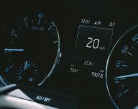 Velocímetro del coche con 20 kilómetros de indicador digital Imagenes de archivo