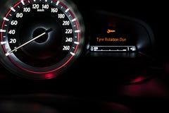 Velocímetro del coche con la presentación de la información Foto de archivo