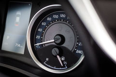 Velocímetro del coche deportivo e indicador de combustible Fotografía de archivo libre de regalías